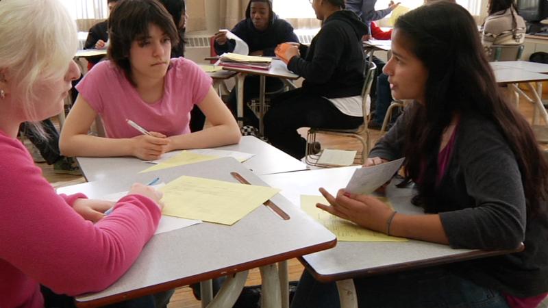 """Image d'élèves prise de la vidéo """"Programme de base de français au secondaire – 9e, 10e et 11e année"""""""