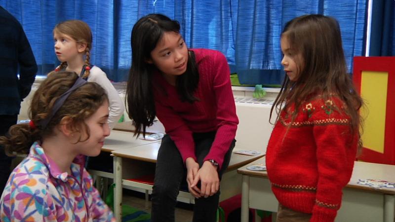 """Image d'élèves prise de la vidéo """"Programme d'immersion en français au primaire – 1re et 2e année"""""""