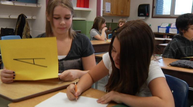 """Image d'élèves prise de la vidéo """"Programme de base de français au cycle moyen – 6e année"""""""