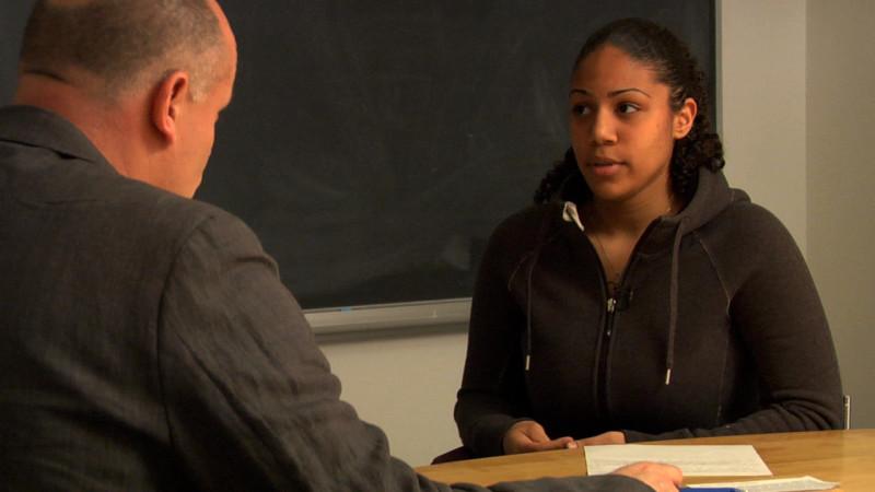 """Image d'enseignant et étudiante prise de la vidéo """"Exemple 6 : B2"""""""