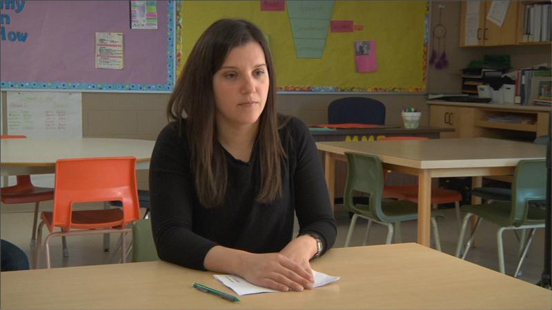 """Image de l'enseignante prise de la vidéo """"La pratique autonome et les entretiens (français de base, élémentaire)"""""""