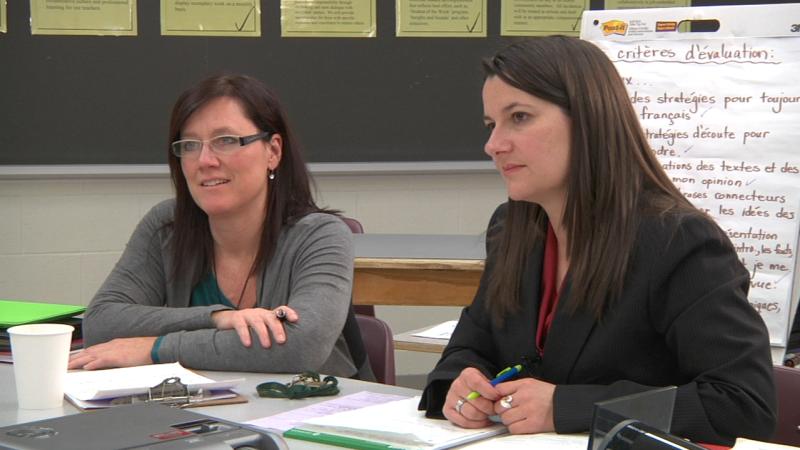 """Image d'enseignantes en discussion prise de la vidéo """"La réflexion sur la leçon"""""""