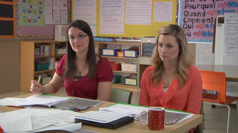 """Image d'enseignantes en discussion prise de la vidéo """"L'harmonisation au service de l'apprentissage (français de base, élémentaire)"""""""