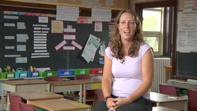 """Image de l'enseignante prise de la vidéo """"Stratégies et les considérations pour les élèves ayant des besoins particuliers en FLS"""""""